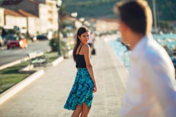 Hombre poniendo foco en una chica