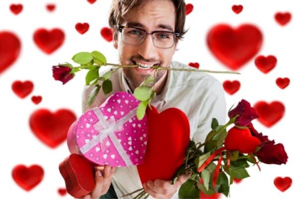 Hombre rodeado de regalos, dulces, flores y corazones.