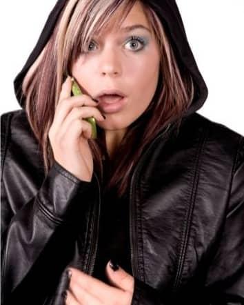 Chica bonita sorprendida al celular